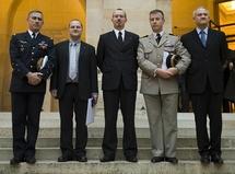 de gauche à droite : le Général Labaye, Directeur de l'IHEDN, Stéphane Douillot, co-lauréat, Gregory Dufour, fondateur du Prix, le Colonel Jean-Luc Cotard et Hervé Cosnard, co-lauréats