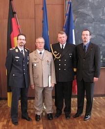 de gauche à droite : l'Adjudant-Chef Andrees, Patrick Evesque, le Contre-Amiral von Maltzan et Gregory Dufour, Président du Cercle Esprits de Défense