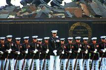 Le Corps de Marines Silent Drill Platoon, célébre pour sa précision dans l'exécution de mouvement lors de parades