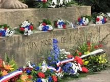 Le monument aux Morts fleuri par des jeunes messins