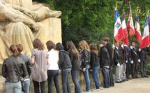 Lycéens de Metz déposant un gerbe lors de la commémoration du 8 mai 1945