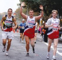 Franck Festor (milieu) terminant le marathon de New-York en 2003