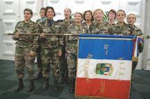 Personnel féminin autour de Madame la Consule et du Lieutenant Gueranger qui a établi le projet en activités « réserve citoyenne »