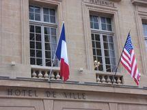 Les drapeaux français et américains sur le fronton de l'Hôtel de Ville de Metz