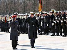 Le Général Wieker et l'Amiral Guillaud passant à Berlin les troupes en revue