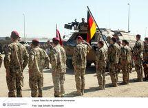 Soldats de la Bundeswehr rendant hommage à leurs trois camarades tombés  - source Bundeswehr / Uwe Schwitt