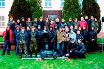 L'équipe du tournage avec en arrière plan la stèle de Turenne et le bâtiment de l'ancien Etat-Major du 1er RC