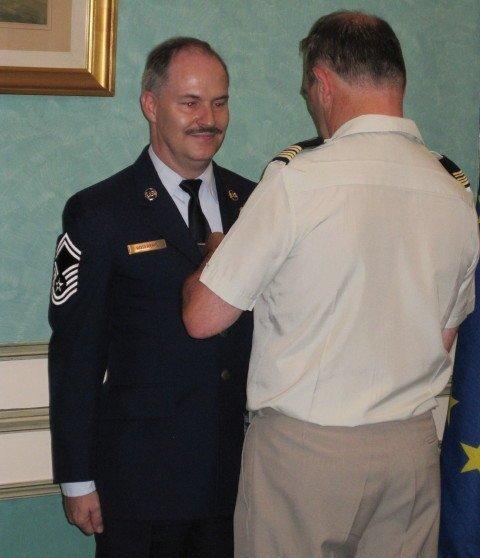 Gilles Roserens recevant la médaille de la Défense nationale des mains du Colonel Minjoulat-Rey