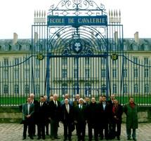 Les participants à l'Assemblée générale de l'ANRAT devant l'Ecole de Cavalerie à Saumur