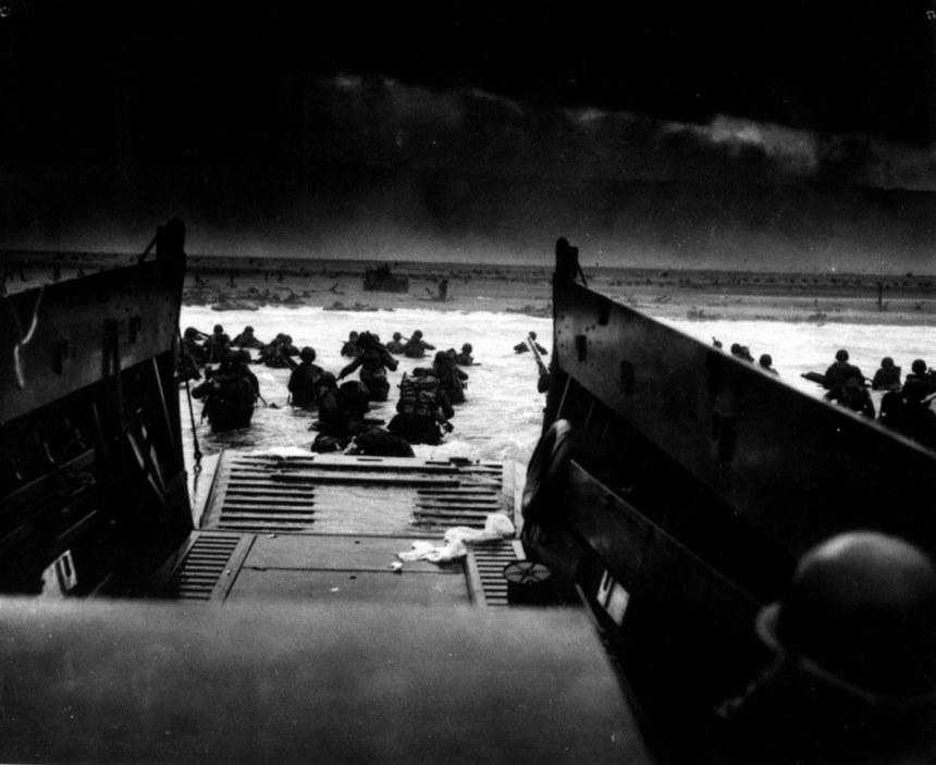 Soldats américains lors du débarquement sur une plage de Normandie le 6 juin 1944