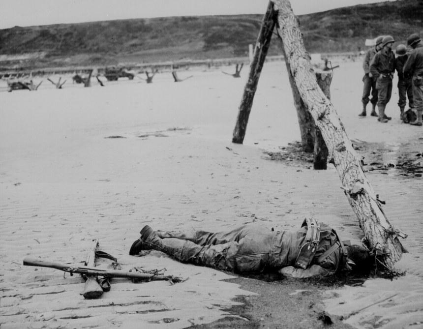 Croix de fortune réalisée avec deux fusils par les camarades du soldat américain tué lors du débarquement