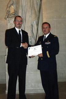 Le Président du Cercle Esprits de Défense remettant le diplôme d'honneur du Cercle Esprits de Défense