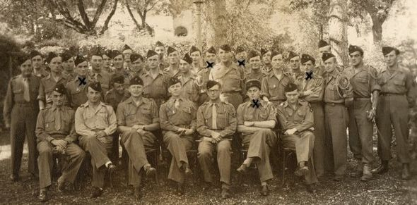L'Aspirant Francis Masset (droite) à l'Offizierkasino de Rottweil. Les soldats marqués d'une croix sont ceux qui ont été tués par la suite en Indochine.