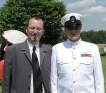 Le Président du Cercle Esprits de Défense et Sean Russell, Premier-Maître au sein de l'US Navy lors du Memorial Day à Saint-Avold