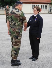 Le Colonel Laval félicitant Laurence Vieille