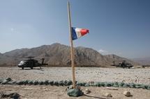 Le drapeau de la France flottant dans la base Nijrab dans la province de Kapisa en octobre 2008