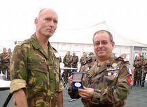 Remise de la Médaille du détachement au Commandant de la Zone de Défense Nord des Pays-Bas