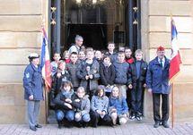 les écoliers de l'Ecole de La Salle devant l'Hôtel de Ville de Metz aux côtés des Porte-drapeaux du Souvenir français