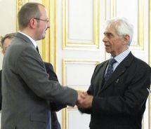 Gregory Dufour, Président du Cercle Esprits de Défense, recevant les félicitations d'Adrien Gouteyron, Vice-Président du Sénat