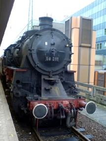 La locomotive à vapeur tractant l'exposition