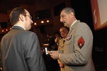 Le Président du Cercle Esprits de Défense recevant le premier insigne de la réserve citoyenne des mains du Général Bruno Cuche en décembre 2007
