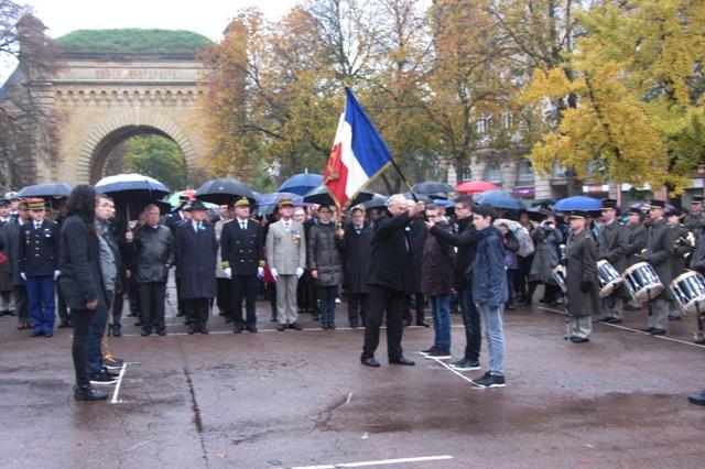Des élèves du Lycée Louis Vincent reçoivent le Drapeau du Poilu des mains du Président du Comité du Souvenir français de Metz-Ville