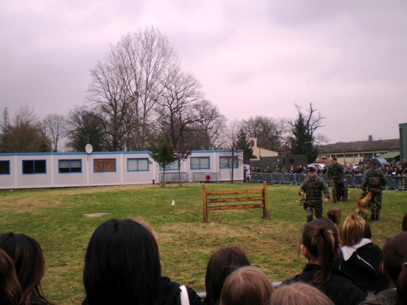 Démonstration dynamique de l'Escadron de protection de la Base aérienne devant de nombreux lycéens lorrains