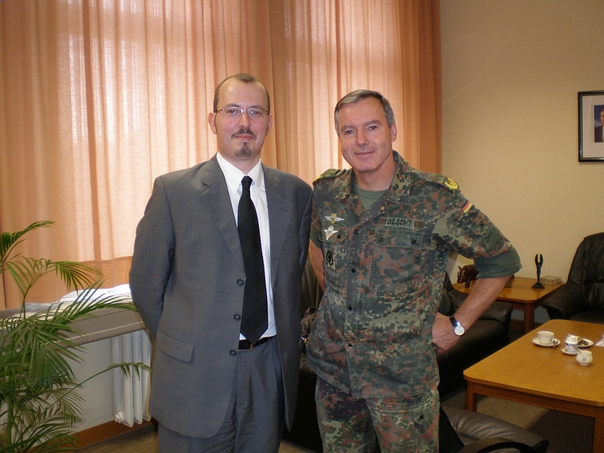 Le Président du Cercle Esprits de Défense et le Général Volker Bescht, Commandant de la Brigade aéroportée de la Bundeswehr