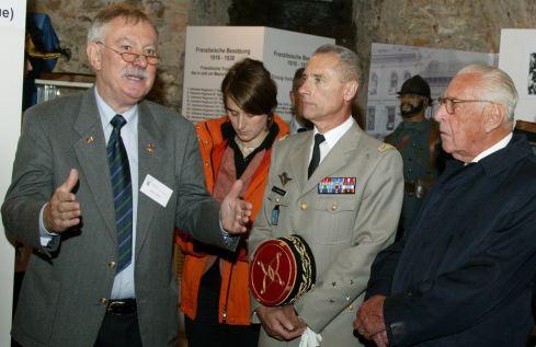 Wolfgang Balzer aux côtés du Général de Corps d'Armée, Jean-Loup Chinouilh, Commandant de la RTNE et de Jacques Morizet, Ambassadeur de France et Président d'honneur du Haut Conseil culturel franco-allemand lors de l'inauguration du Musée